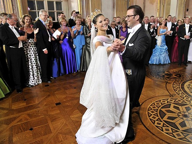 Royal Wedding Sweeden the Waltz - The Waltz of the Royal Wedding couple, applauded by the guests during the private dinner at Drottningholm palace in Stockholm, Sweeden (June 19, 2010). - , Royal, Wedding, Sweeden, waltz, waltzes, show, shows, ceremony, ceremonies, event, events, celebrity, celebrities, entertainment, entertainments, couple, couples, guests, guest, dinner, dinners, Drottningholm, palace, palaces, Stockholm - The Waltz of the Royal Wedding couple, applauded by the guests during the private dinner at Drottningholm palace in Stockholm, Sweeden (June 19, 2010). Solve free online Royal Wedding Sweeden the Waltz puzzle games or send Royal Wedding Sweeden the Waltz puzzle game greeting ecards  from puzzles-games.eu.. Royal Wedding Sweeden the Waltz puzzle, puzzles, puzzles games, puzzles-games.eu, puzzle games, online puzzle games, free puzzle games, free online puzzle games, Royal Wedding Sweeden the Waltz free puzzle game, Royal Wedding Sweeden the Waltz online puzzle game, jigsaw puzzles, Royal Wedding Sweeden the Waltz jigsaw puzzle, jigsaw puzzle games, jigsaw puzzles games, Royal Wedding Sweeden the Waltz puzzle game ecard, puzzles games ecards, Royal Wedding Sweeden the Waltz puzzle game greeting ecard